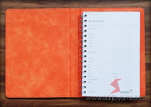 Kombinasi warna orange di bagian dalam agenda