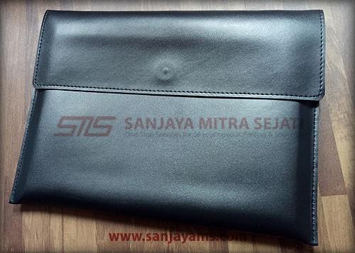 Bagian belakang pouch kulit