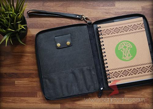 Detail bagian dalam dompet kulit serbaguna