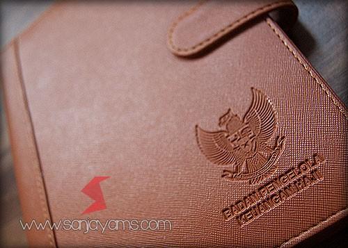 Detail emboss logo di kulit agenda