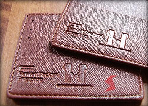 Detail emboss logo dompet kartu nama