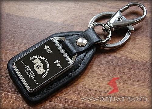 Cetak laser logo di gantungan kunci