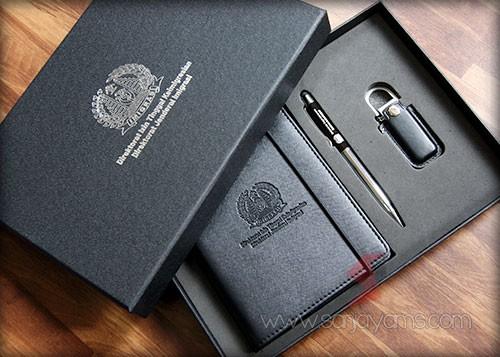 Gift Set dengan cetakan logo Imigrasi