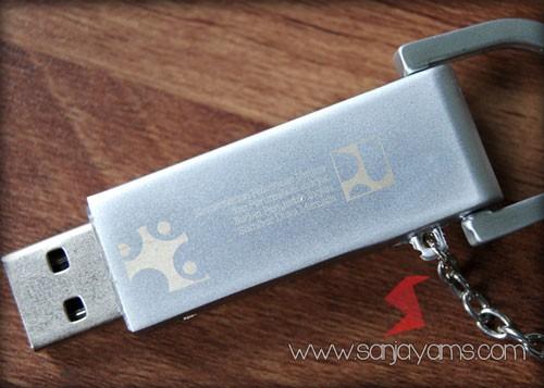 Cetak laser logo di bagian dalam USB