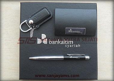 Terdapat item USB Kulit, Name Card dan Pen BS01