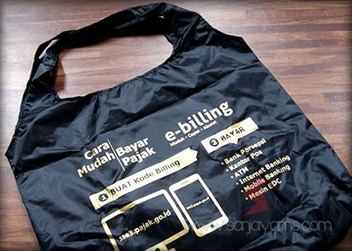 Hasil cetak 1 warna emas logo KPP Pulogadung di goodie bag dompet
