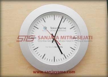 Jam dinding dengan body silver