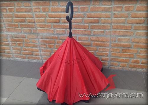 Payung terbalik warna luar hitam dalam merah