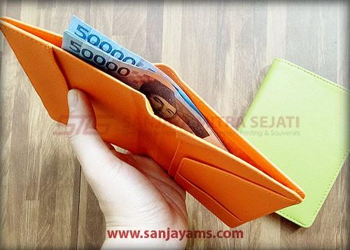 Tempat uang di dompet paspor