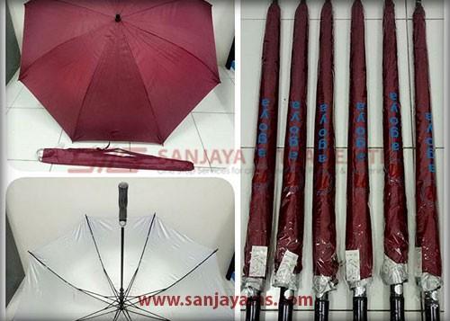 Payung warna merah maroon