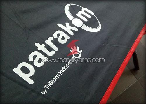 Detail sablon payung warna putih logo patrakom