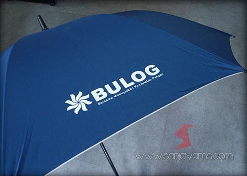 Payung dengan cetakan logo bulog