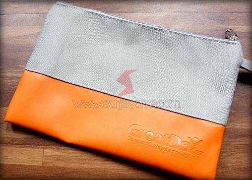 Pouch dengan bahan jeans abu kombinasi dengan kulit orange