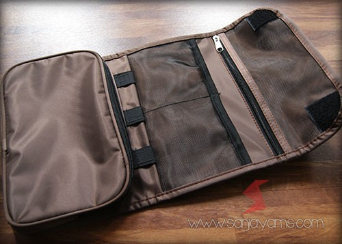 detail bagian dalam pouch gadget warna cokelat