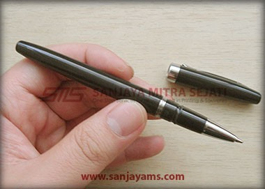 Pen Robin warna hitam