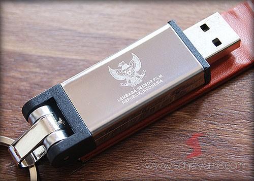 Detail cetakan grafir di USB