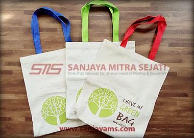 Tas dengan beberapa pilihan warna pada pegangan tas