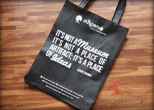 Tas dengan cetakan logo muspen
