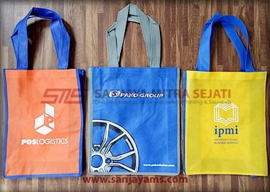 Tas dengan beberapa pilihan warna