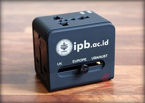 Travel adaptor hitam dengan cetakan 1  warna