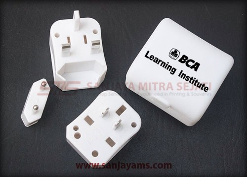Travel adaptor warna putih