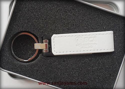 USB kulit berwarna putih