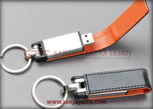 USB kulit hitam kombinasi orange di bagian dalam