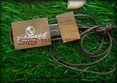 USB kayu dengan tali