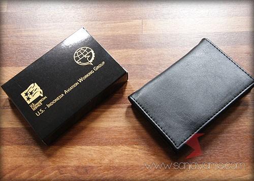 Packaging dus hitam dengan cetak logo emas