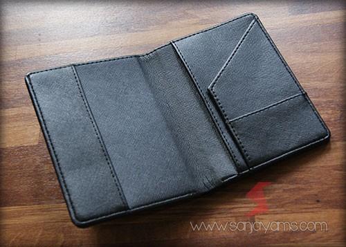 Detail baguan dalam dompet paspor