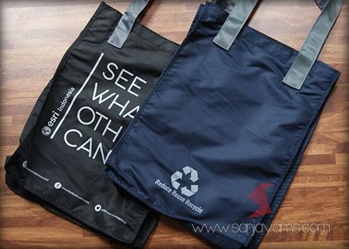 Detail bagian depan dan belakang goodie bag