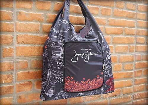 Goodie bag cukup menampung beberapa barang besar maupun kecil