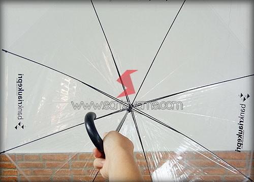 Posisi bagian dalam payung transparant