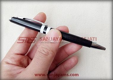 Pen warna hitam