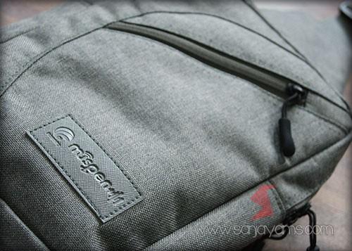 Detail sling bag warna abu-abu