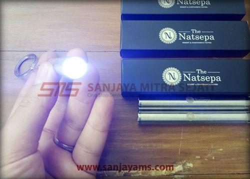 Lampu senter berwarna putih - The Natsepa