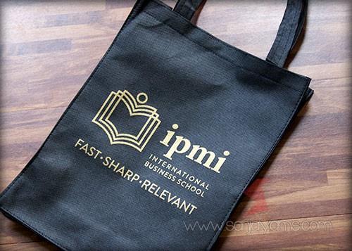 Hasil cetak 1 warna emas logo IPMI di tas spunbond