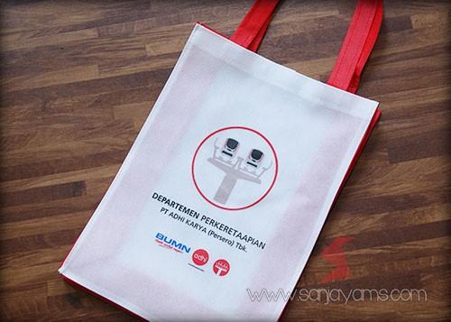 Hasil cetak logo Adhi Karya pada  tas