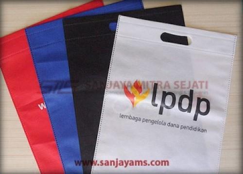 Terdapat beberapa warna di tas press - LPDP