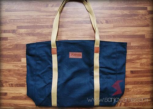 Detail tas travel bag warna navy